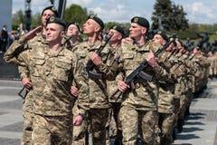 Ucrania, Kiev 8 de mayo de 2015: Los reclutas de las fuerzas armadas de arma de Ucrania participan una ceremonia del juramento Foto de archivo libre de regalías