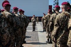 Ucrania, Kiev 8 de mayo de 2015: Los reclutas de las fuerzas armadas de arma de Ucrania participan una ceremonia del juramento Fotografía de archivo libre de regalías