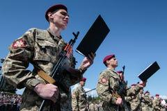 Ucrania, Kiev 8 de mayo de 2015: Los reclutas de las fuerzas armadas de arma de Ucrania participan una ceremonia del juramento Imágenes de archivo libres de regalías