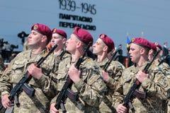 Ucrania, Kiev 8 de mayo de 2015: Los reclutas de las fuerzas armadas de arma de Ucrania participan una ceremonia del juramento Imagen de archivo libre de regalías