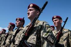 Ucrania, Kiev 8 de mayo de 2015: Los reclutas de las fuerzas armadas de arma de Ucrania participan una ceremonia del juramento Fotos de archivo libres de regalías