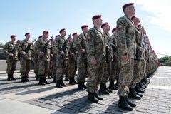 Ucrania, Kiev 8 de mayo de 2015: Los reclutas de las fuerzas armadas de arma de Ucrania participan una ceremonia del juramento Foto de archivo