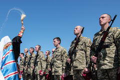Ucrania, Kiev 8 de mayo de 2015: Los reclutas de las fuerzas armadas de arma de Ucrania participan una ceremonia del juramento Imagen de archivo