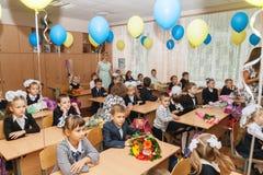 ucrania Kiev - 1 de septiembre de 2016 los Primero-graduadores se sientan en su cla Imagen de archivo libre de regalías