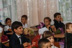 ucrania Kiev - 1 de septiembre de 2016 los Primero-graduadores se sientan en su cla Fotos de archivo
