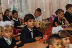 ucrania Kiev - 1 de septiembre de 2016 los Primero-graduadores se sientan en su cla Imagenes de archivo