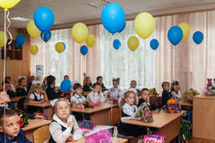 ucrania Kiev - 1 de septiembre de 2016 los Primero-graduadores se sientan en su cla Imágenes de archivo libres de regalías