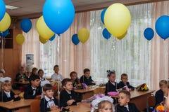 ucrania Kiev - 1 de septiembre de 2016 los Primero-graduadores se sientan en su cla Fotografía de archivo libre de regalías