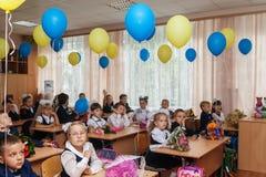 ucrania Kiev - 1 de septiembre de 2016 los Primero-graduadores se sientan en su cla Foto de archivo