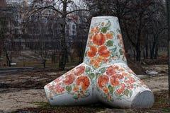 Ucrania, Kiev, el 10 de diciembre de 2017: Piedra grande constructiva del bloqueo adornado en el muelle de Obolon en la ciudad de Fotografía de archivo