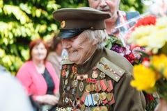 UCRANIA, KIEV, el 9 de mayo de 2016, Victory Day, el 9 de mayo Monumento a un soldado desconocido: Los veteranos de la Segunda Gu Foto de archivo libre de regalías