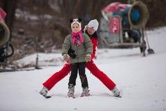 Ucrania, Kiev estación de esquí Protasov Yar 25 de enero de 2015 La cuesta del esquí en el centro de ciudad Escuela del esquí par imagen de archivo libre de regalías