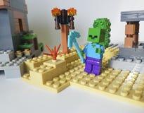 Ucrania, Kiev mini figura niñez popular Lego Minecraft del 21 de febrero de 2018 del juego plástico del hombre de la espada de la Imagen de archivo