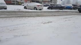 Ucrania Kiev paisaje urbano escénico del 24 de enero de 2018 al aire libre trafica los malos coches del paseo del camino del invi almacen de video