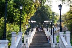 UCRANIA, KIEV-SEPTEMBER 24,2017: Gente que camina abajo de escalera con las luces que llevan al parque en la calle de Naberezhnay Fotografía de archivo libre de regalías
