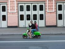 UCRANIA, KIEV - septiembre 9,2013: El hombre y la mujer en un motor scoot Fotografía de archivo libre de regalías
