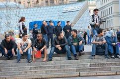 UCRANIA, KIEV - septiembre 11,2013: Los estudiantes árabes están descansando en imágenes de archivo libres de regalías