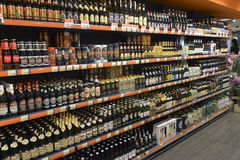 2014 Ucrania, Kiev, silpo, escaparate de los productos de la cerveza en el supe Imagen de archivo