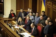 11 26 Ucrania 2018 kiev Verkhovna Rada de Ucrania Votación por la ley sobre ley marcial en Ucrania Diputados del ucraniano imagen de archivo libre de regalías