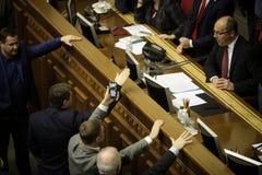 11 26 Ucrania 2018 kiev Verkhovna Rada de Ucrania Votación por la ley sobre ley marcial en Ucrania Diputados del ucraniano imagenes de archivo