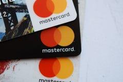 Ucrania, Kremenchug - febrero de 2019: Cierre de la muestra de la tarjeta de crédito de Mastercard para arriba foto de archivo libre de regalías