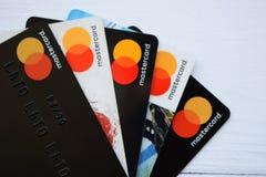 Ucrania, Kremenchug - febrero de 2019: Cierre para arriba las tarjetas de crédito con el mundo Mastercard fotografía de archivo libre de regalías
