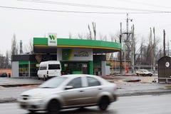 Ucrania, Kremenchug - marzo de 2019: EXTRANJERO de la gasolinera Coches que pasan cerca en la falta de definición de movimiento o imágenes de archivo libres de regalías