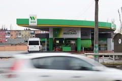 Ucrania, Kremenchug - marzo de 2019: EXTRANJERO de la gasolinera Coches que pasan cerca en la falta de definición de movimiento o fotos de archivo