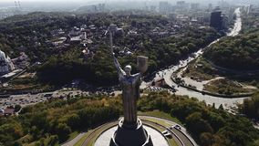 ucrania Kyiv Mime a la patria, visión aérea con tráfico enorme detrás cantidad 4k almacen de video