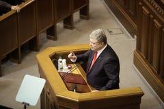 11 26 Ucrania 2018 Kyiv Verkhovna Rada de Ucrania Votación por la ley sobre ley marcial en Ucrania Petro Poroshenko habla foto de archivo