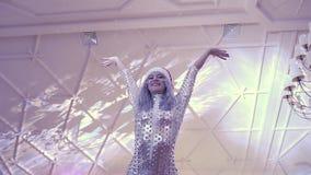 UCRANIA, LVIV - 18 DE ENERO DE 2018: Partido de disco en el restaurante Un grupo de la danza en los trajes hermosos que ofrecen u almacen de metraje de vídeo
