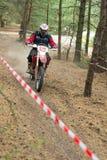 Ucrania, Novgorod-Seversky - 30 de septiembre de 2017: Reúnase, raza de la motocicleta del enduro en el camino arenoso, cerca de  Imagen de archivo libre de regalías