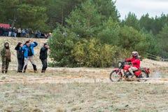 Ucrania, Novgorod-Seversky - 30 de septiembre de 2017: Reúnase, raza de la motocicleta del enduro en el camino arenoso, cerca de  Fotografía de archivo libre de regalías