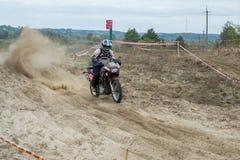 Ucrania, Novgorod-Seversky - 30 de septiembre de 2017: Reúnase, raza de la motocicleta del enduro en el camino arenoso, cerca de  Imagen de archivo