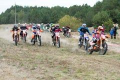 Ucrania, Novgorod-Seversky - 30 de septiembre de 2017: Reúnase, raza de la motocicleta del enduro en el camino arenoso, cerca de  Fotos de archivo
