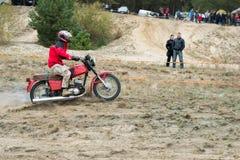 Ucrania, Novgorod-Seversky - 30 de septiembre de 2017: Reúnase, raza de la motocicleta del enduro en el camino arenoso, cerca de  Fotos de archivo libres de regalías