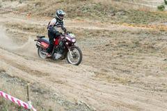 Ucrania, Novgorod-Seversky - 30 de septiembre de 2017: Reúnase, raza de la motocicleta del enduro en el camino arenoso, cerca de  Imagenes de archivo