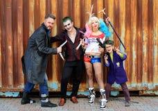 UCRANIA, ODESSA - 13 de agosto de 2016: Cosplayers en el traje de Harley Quinn, en trajes del comodín y del bumerán Foto de archivo