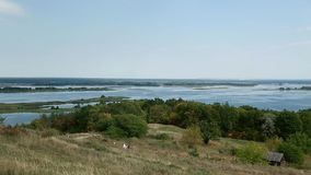 Ucrania, una visión fascinadora desde la colina en el río de Dnipro almacen de metraje de vídeo