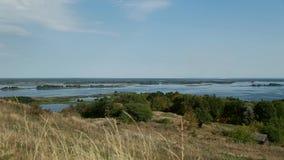 Ucrania, una visión fascinadora desde la colina en el río de Dnipro metrajes