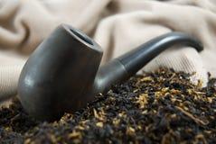 Ucranian hölzernes Rohr mit Tabak Lizenzfreie Stockfotos