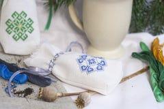 Ucraniano tradicional de la bolsita bordado, cabezas de la amapola e hilo para el bordado Fotografía de archivo libre de regalías