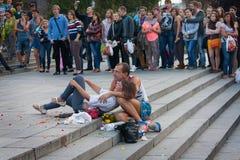 UCRÂNIA, KIEV - setembro 11,2013: Pares desabrigados que olham um co Fotos de Stock