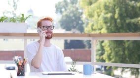 Uczęszczający rozmowę telefonicza, Komunikujący, Siedzieć Plenerowy Zdjęcie Stock