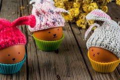 uczcić Wielkanoc Jajka dekorowali kapelusze jako króliki Na drewnie Obrazy Stock