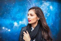 Uczeń astronomia fakultet Badać ten wielkiego świat Elegancka kobieta na gwiazdach w nocy tle zdjęcia stock