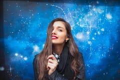 Uczeń astronomia fakultet Badać ten wielkiego świat Elegancka kobieta na gwiazdach w nocy tle zdjęcie royalty free