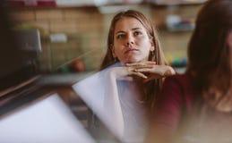 Uczeń attentively słucha wykład zdjęcie stock