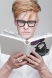 Uczeń czyta książkę Fotografia Royalty Free