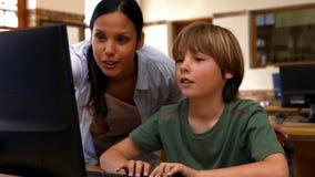 Uczeń i nauczyciel w komputer klasie przy szkołą zbiory